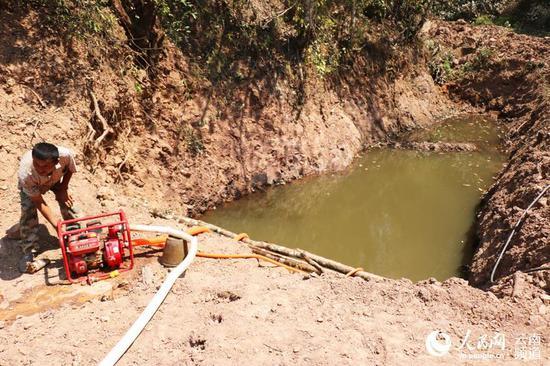 玉溪市新平县群众积极采取各种保水措施抗旱保春耕。李玉莎摄