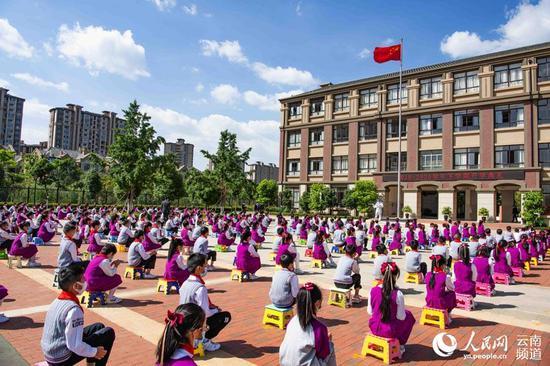 云南师范大学附属官渡小学举行开学典礼。(王正鹏 摄)