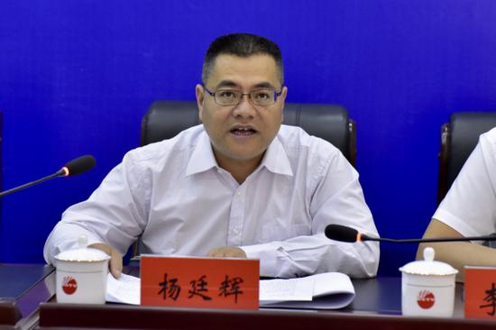 保山市发改委副主任杨廷辉作新闻发布(候开旷/摄)