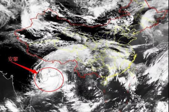 """图中红色箭头所指云团的就是孟加拉湾热带风暴""""安攀""""本尊。(图片为5月20日16时卫星云图)"""