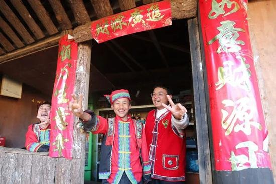 司莫拉佤族村村民脸上洋溢出幸福的笑容 杨峥 摄