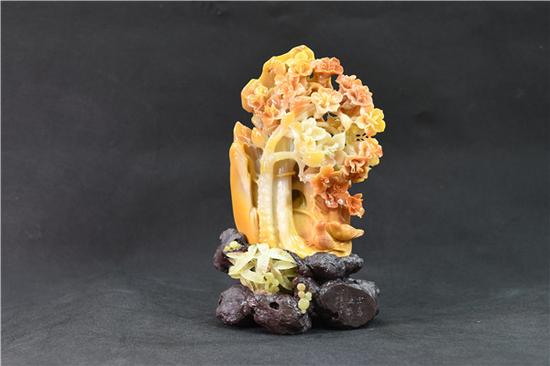 """昌江玉雕《宝岛之春》,周金甫作品,雕刻的是具有昌江地方特色的木棉花。此作品在2017年7月参加全国性的玉石雕刻""""汉风杯""""上,被评为金奖"""