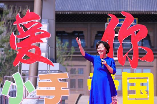 鞠萍老师现场演唱《我爱你昆明的雪》