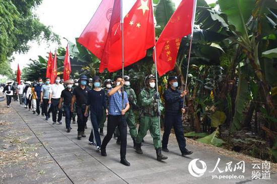 党政军警民组成的巡边队伍正在姐相乡巡边。(张帅摄)