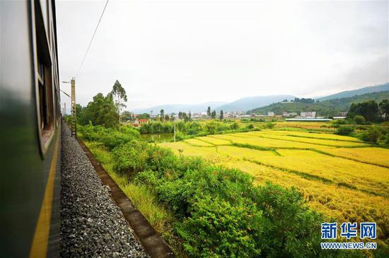 """9月27日在5634次""""小慢车""""上拍摄的窗外风景。 新华社发(李锴 摄)"""