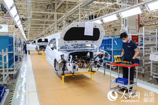 杨林经开区汽车产业园内的北汽新能源汽车生产车间。(周凡 摄)