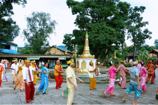 大寨社区菩提文化广场上欢腾的民族舞蹈