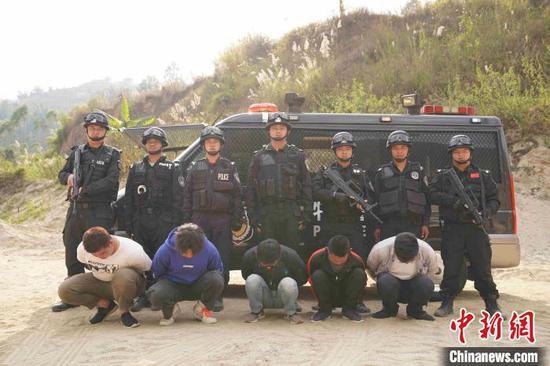 图为云南警方抓获的涉跨境赌博违法犯罪人员。(云南省公安厅供图)