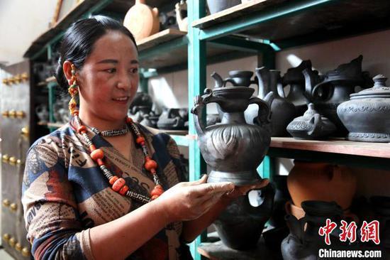 """图为中国国家级""""非遗""""项目黑陶展示。 张添福 摄"""