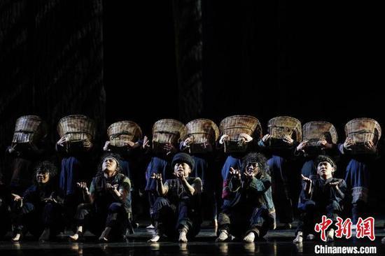 图为演员们在舞台上倾情演出。 康平 摄