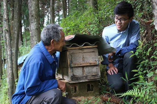 """龙陵县培植养蜂产业助农增收则记:山区农民的脱贫""""蜜""""语"""