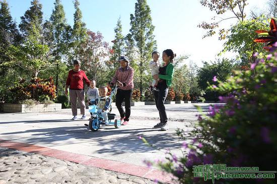 市民在公园休闲娱乐。