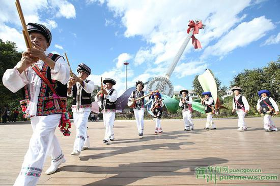 市民们载歌载舞乐享幸福生活。
