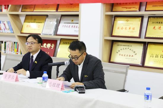 王韬在座谈会上介绍公司情况(12月10日摄)。