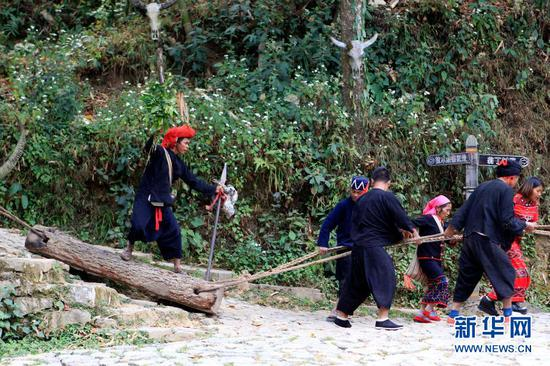 翁丁村村民为游客展示佤族传统民俗拉木鼓活动(2018年3月22日摄)。新华社记者 唐颢宸 摄