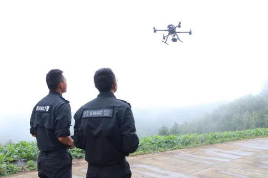 民警使用无人机追踪象群的身影