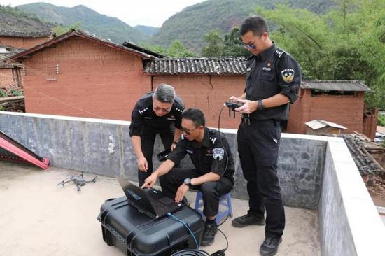 监测组在村舍屋顶上监测象群