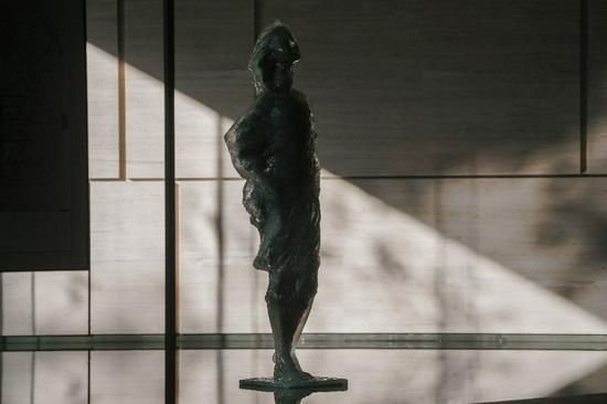 图:少女雕塑 少女闭眼站立风中,轻轻仰起头,享受此刻的静逸