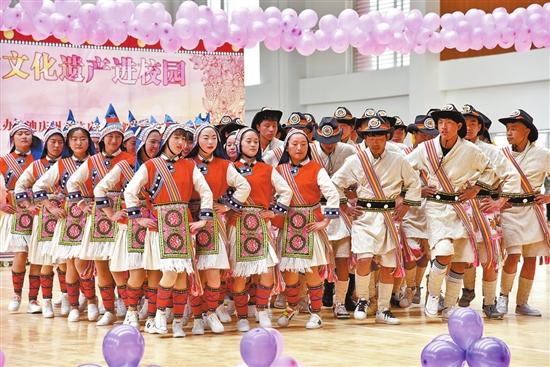 民族舞蹈进校园。 本报记者 尤祥能 摄