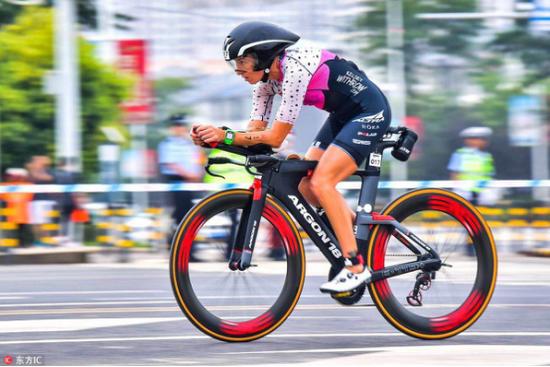 职业女子组冠军凯尔西·威思罗在自行车比赛中