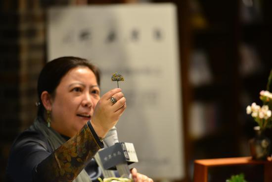 王玫梅向观众展示清早期点翠凤纹对簪