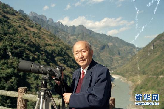 杨长福2005年在拍摄间隙留影。受访者供图