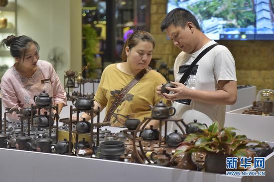 游客在建水紫陶街选购紫陶 孟志刚 摄