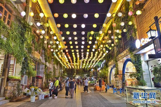 建水紫陶街由建水县工艺美术陶厂改造而成,现已成为人们旅游休闲的新去处。孟志刚 摄