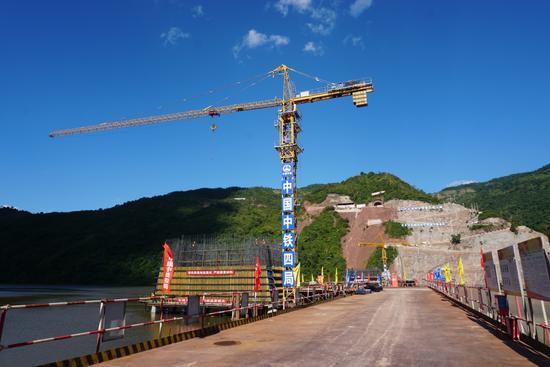 图为正在施工中的玉磨铁路阿墨江双线特大桥(摄影 余生平)