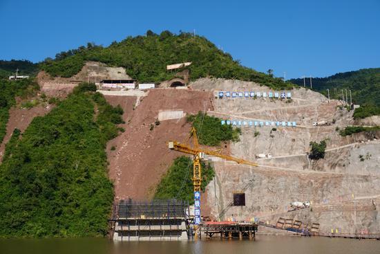 图为玉磨铁路阿墨江双线特大桥曲折的施工便道(摄影 余生平)