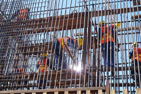 图为中铁四局人员正在玉磨铁路阿墨江双线特大桥进行桥墩施工(摄影 余生平)