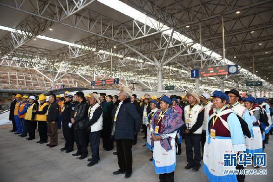 参加昆明-丽江铁路动车开行仪式的各界人士和当地群众代表