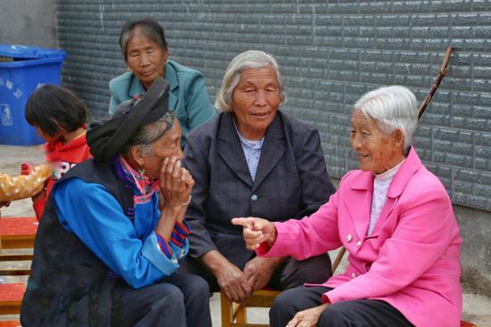 村中的老人在话家常