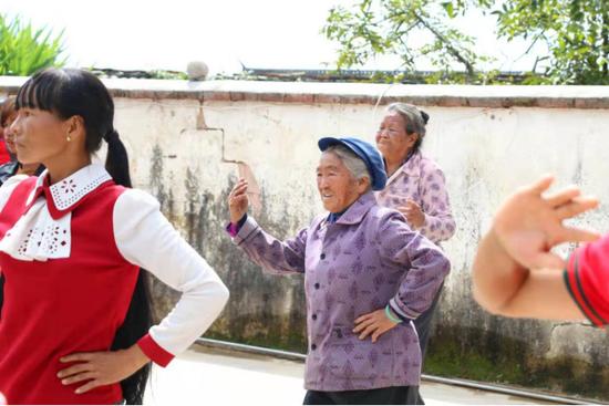 正在跳广场舞的老人