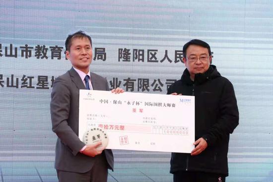 云南省教育体育局副局长张晓憬为高尾绅路颁奖