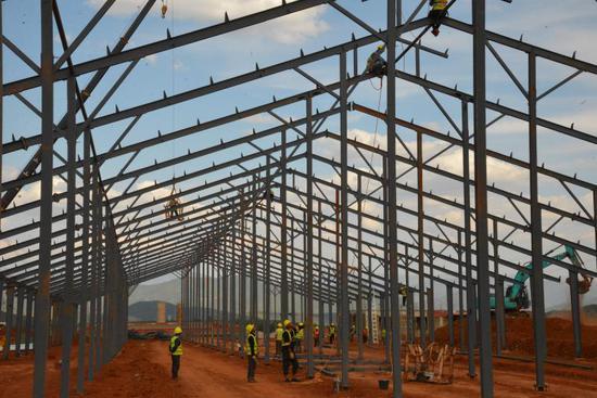 正在建设的羊岑乡7000头奶牛养殖场(高志成 摄)