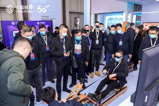 生态合作伙伴的代表们现场体验5G科技应用。(2020年12月10日摄)
