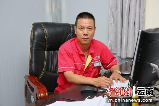 图为中国能建葛洲坝三峡建设公司白鹤滩施工局常务副局长王林接受记者采访。王康荣 摄