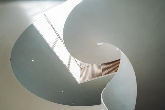图:旋转楼梯 时空与光影,浮华与精彩,终将通往登临之境