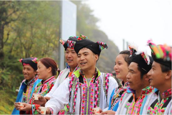 彝族人民向游客献上敬酒歌