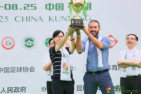 昆明市副市长王建颖和形象大使赞布罗塔共同举起赛事冠军奖杯