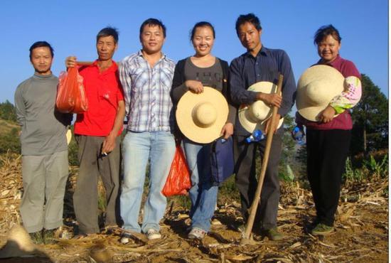 2009年,赵芸(右三)与云南当地农科站的工作人员一起干农活。