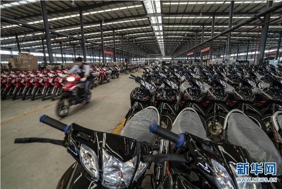 工人在德宏片区一家摩托产业园生产车间装配摩托车(11月4日摄)。