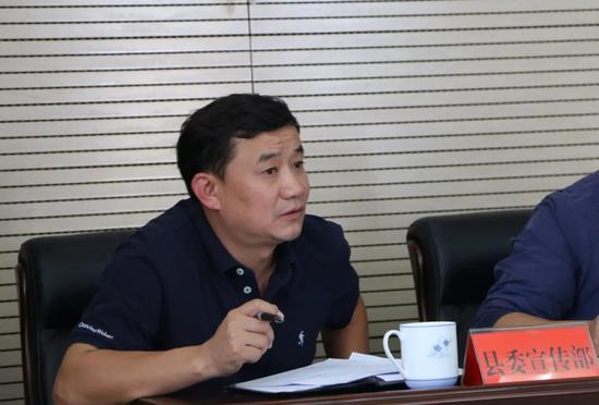 ▲县委宣传部副部长李虎汇报宣传工作筹备情况