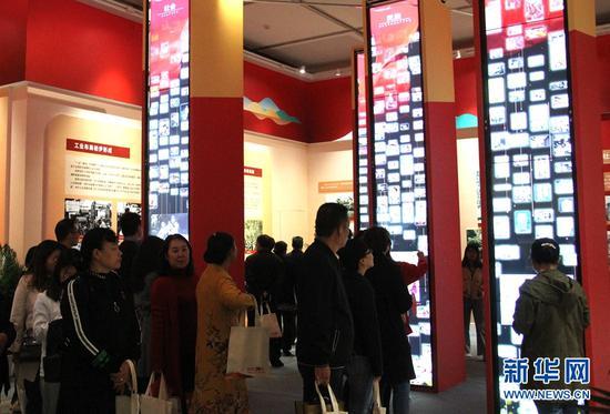 展厅内会动的照片墙,吸引了众多观众驻足。(新华网 念新洪 摄)