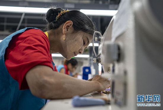 工人在德宏片区一家服装公司工作(11月4日摄)。