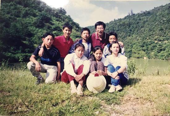 1999年支教时,叶斌和学生们留影。