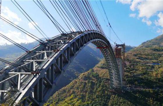 新纪录!世界最大跨度铁路拱桥在云南合龙建成
