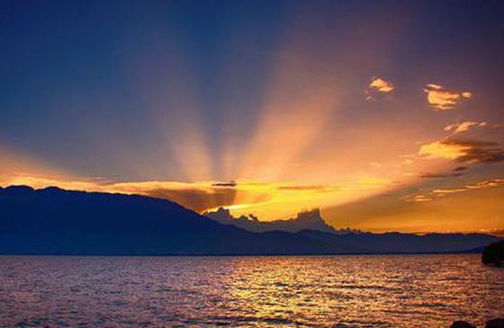 旅游丨夕阳落下的苍洱:晚霞染红天际 点亮了三塔