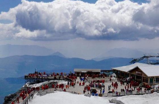高清图丨银白色玉龙雪山上:白云浮于天际 如梦幻影